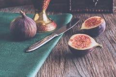 Figa ciie w połówce na drewnianym stole z zabarwiać zdjęcie royalty free