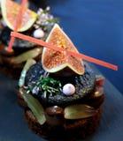 Figa i winogrona macaron deser na błękitnym tle obraz stock