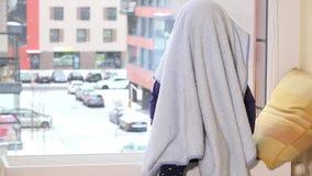 Figlarnie berbecia dziecka pokrywa z szkocką kratą przed okno zbiory