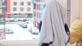 Figlarnie berbecia dziecka pokrywa z szkocką kratą przed okno zdjęcie wideo