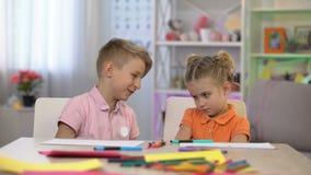 Figlarnie brata wzruszające siostry ostrożnie wprowadzać, dziecko komunikacja, przeprasza zdjęcie wideo