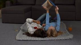Figlarnie dzieci czyta książkę na podłoga zbiory
