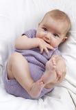 Figlarnie dziecko bawić się z palcami obraz royalty free