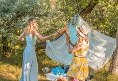 Figlarnie dziewczyny walczy z chlebowym baguette robi pinkinowi fotografia royalty free
