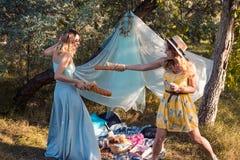 Figlarnie dziewczyny walczy z chlebowym baguette robi pinkinowi zdjęcia royalty free