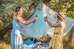 Figlarnie dziewczyny walczy z chlebowym baguette robi pinkinowi zdjęcie stock