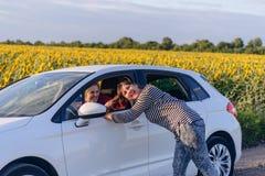 Figlarnie kobieta Ciągnie włosy Żeński kierowca Fotografia Stock