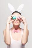 Figlarnie kobieta z Easter jajkami Obrazy Stock