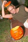 Figlarnie kobieta Z Halloweenową banią Zdjęcie Stock