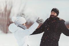 Figlarnie kochankowie rozgrymaszają i śmiający się w tle zimy natura Obrazy Royalty Free