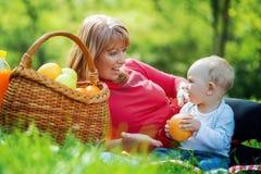 Figlarnie macierzysty mieć zabawę z jej dzieckiem w naturze Zdjęcia Stock