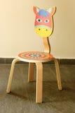 Figlarnie malujący krzesło dla dzieci obraz royalty free