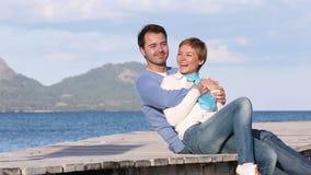 Figlarnie potomstwo pary obsiadanie na plaży zdjęcie wideo