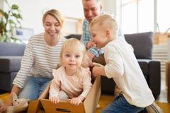 Figlarnie rodzinny mieć zabawę w nowym mieszkaniu fotografia royalty free