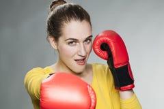 Figlarnie 20s kobieta cieszy się rywalizację i walkę Obraz Royalty Free