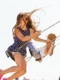 Figlarnie szalona dziewczyna na huśtawce Obraz Royalty Free