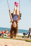 Figlarnie szalona dziewczyna na huśtawce Zdjęcie Stock