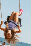 Figlarnie szalona dziewczyna na huśtawce Fotografia Royalty Free