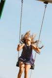 Figlarnie szalona dziewczyna na huśtawce Zdjęcia Stock