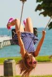 Figlarnie szalona dziewczyna na huśtawce Obraz Stock