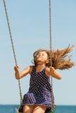 Figlarnie szalona dziewczyna na huśtawce Zdjęcie Royalty Free