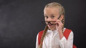 Figlarnie uczennica mruga na kamerze w eyeglasses, miłość szkoła, edukacja zbiory