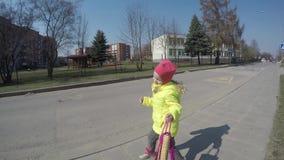 Figlarnie wzorcowa dziewczyny poza z torebką Śliczny berbecia dziecko ono kryguje Gimbal strza? zdjęcie wideo