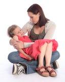 Figlia addormentata della holding della madre con amore Fotografie Stock Libere da Diritti
