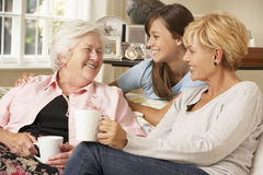 Figlia adulta con la nonna di visita della nipote adolescente Fotografia Stock