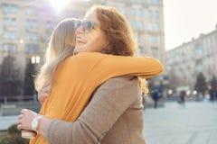 Figlia allegra che abbraccia il suo genitore fotografie stock libere da diritti