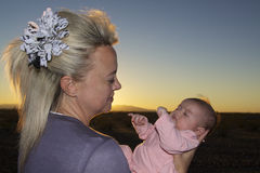 Figlia appena nata adorante della mamma fotografie stock