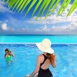 Figlia caraibica della madre di punto di vista della piscina blu Immagini Stock Libere da Diritti