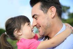 Figlia che abbraccia il suo padre Fotografie Stock Libere da Diritti