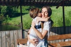 Figlia che abbraccia madre Fotografia Stock Libera da Diritti