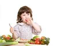 Figlia che cucina alla cucina Immagini Stock Libere da Diritti