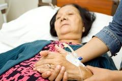 Figlia che si preoccupa madre anziana ammalata Fotografie Stock