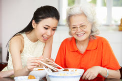 Figlia cinese dell'adulto e della madre che mangia pasto Immagine Stock Libera da Diritti