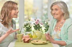 Figlia con i genitori senior che bevono tè Fotografia Stock