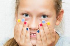 Figlia con il manicure sulle mani Immagini Stock