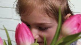 Figlia con il mazzo dei tulipani video d archivio