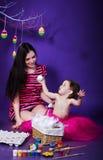 Figlia con sua madre che prepara celebrare Pasqua Fotografia Stock Libera da Diritti