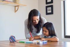 Figlia d'aiuto della madre disegnare immagini stock libere da diritti
