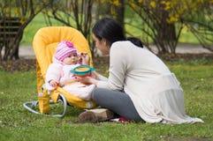 Figlia d'alimentazione della madre Immagini Stock Libere da Diritti