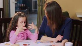 Figlia d'istruzione della bambina della madre della donna, apprendimento video d archivio
