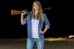 Figlia degli agricoltori con un fucile Fotografie Stock Libere da Diritti