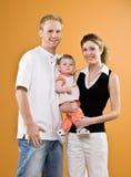 Figlia del bambino della holding del padre e della madre Fotografia Stock Libera da Diritti