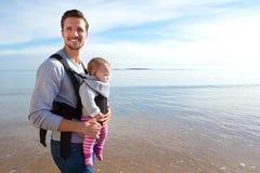 Figlia del bambino e del padre sulla spiaggia Immagine Stock