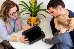 Figlia del bambino e del padre nell'ufficio del terapista durante il consiglio della riunione immagini stock
