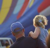 Figlia del padre che guarda gli aerostati di aria calda Immagine Stock Libera da Diritti