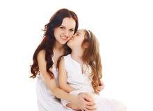Figlia del piccolo bambino che bacia madre felice su bianco Immagine Stock Libera da Diritti